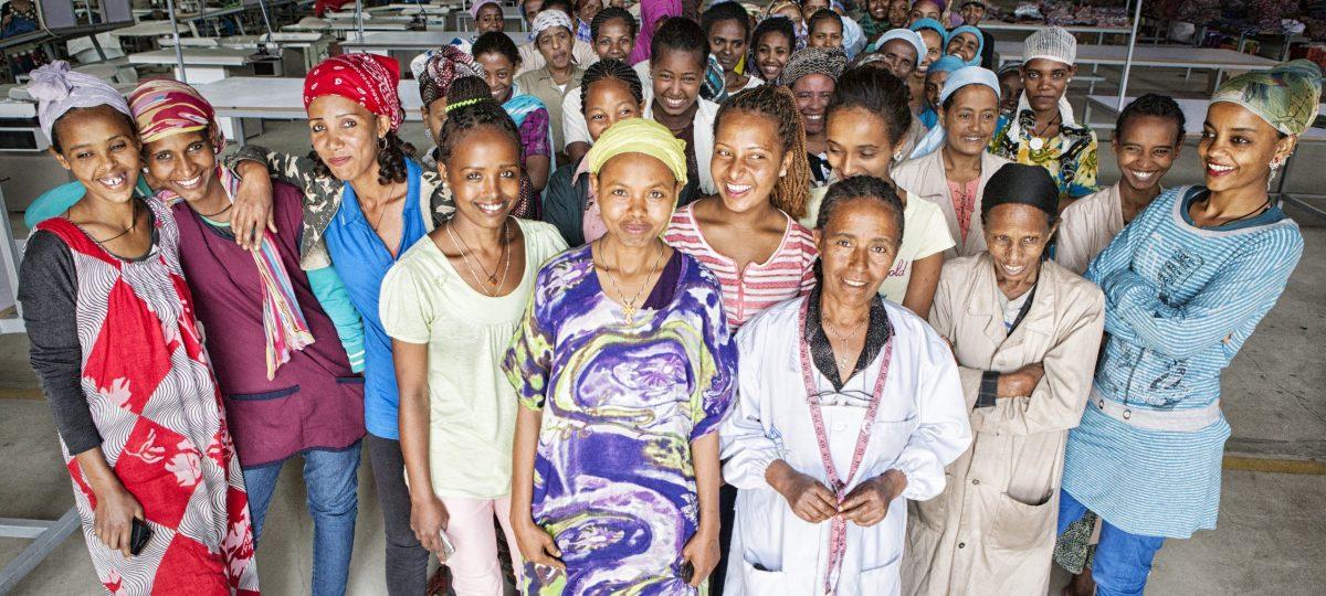 grote groep vrouwen in textielfabriek