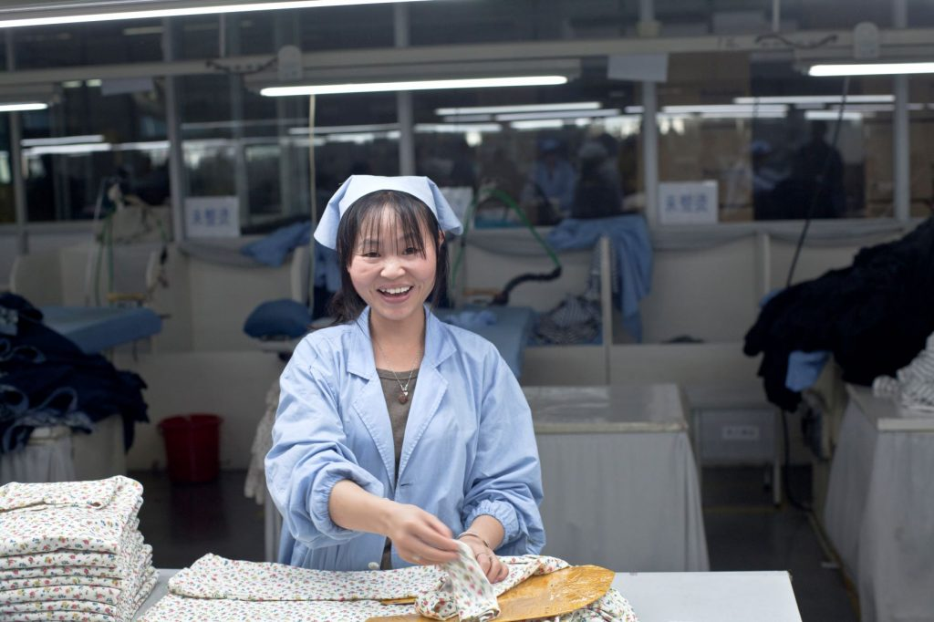 vrouw aan het werk in textielfabriek China