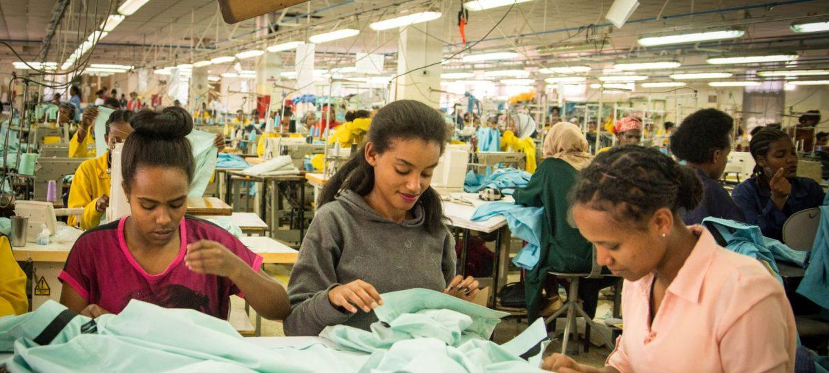 vrouwen aan het werk in textielfabriek