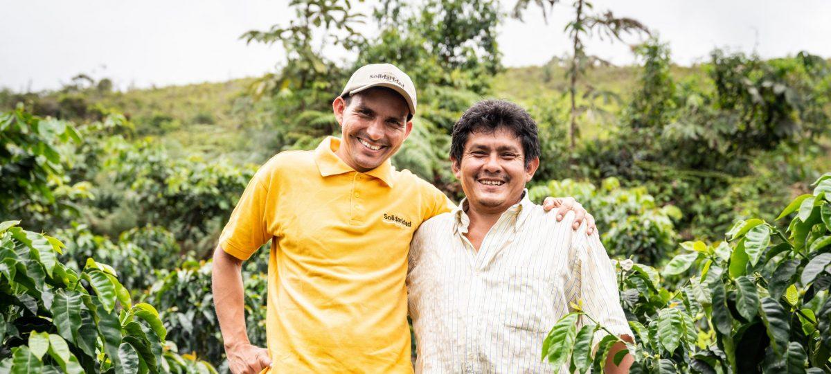 Boeren in het veld. Glimlachen naar de camera.