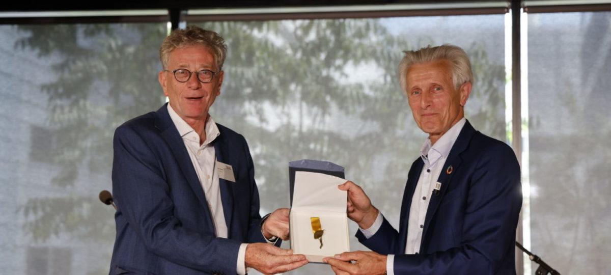 Nico Roozen krijgt duurzaam lintje van Maurits Groen